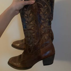 Gorgeous barely worn Ariat boots 👢